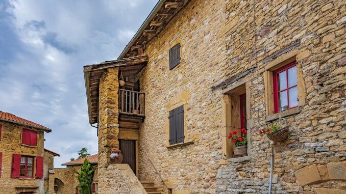 Oingt war vor wenigen Jahrzehnten noch ein sterbendes Dorf. Heute blüht es wieder - auch dank des Tourismus. Foto: Hilke Maunder