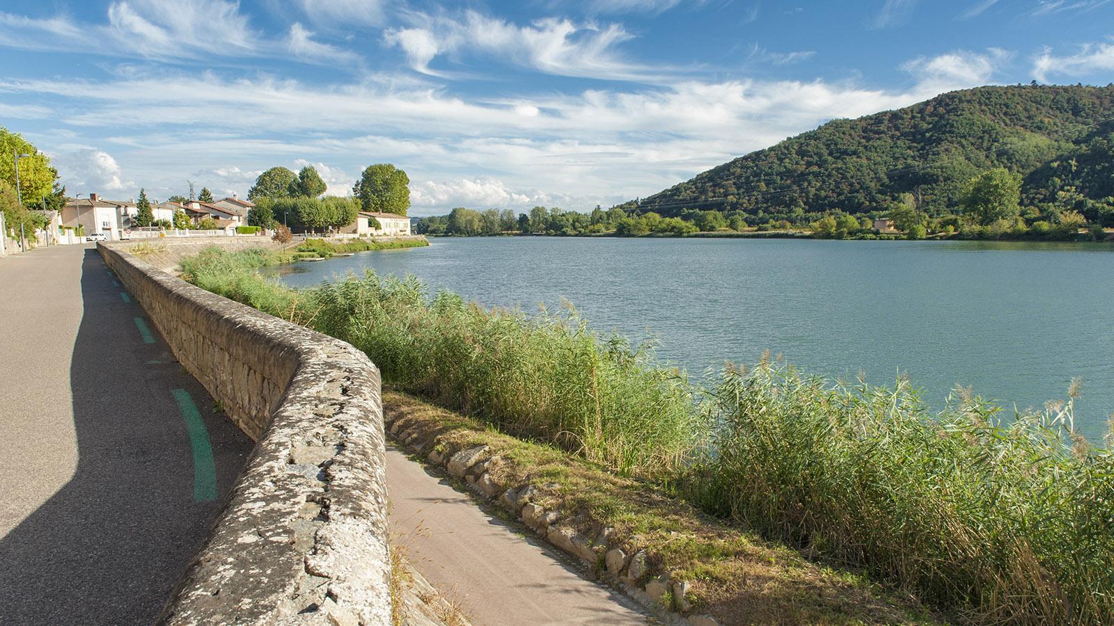Eingedeicht: die Orte und Uferstraßen an der Rhône wie hier südlich von Tournon. Foto: Hilke Maunder