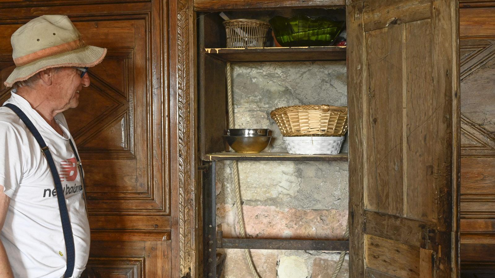 In der salle des gardes der Burg versteckt sich hinter einer Schranktür dieser Essensaufzug. Foto: Hilke Maunder