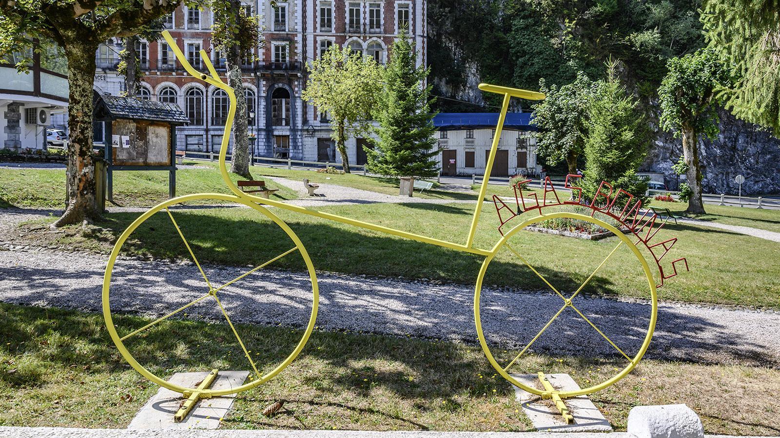 An der Promenade erinnert dieses Rad in XXL daran, dass Eaux-Bonnes 2007 und 2010 Etappenort der Tour de France war. Foto: Hilke Maunder