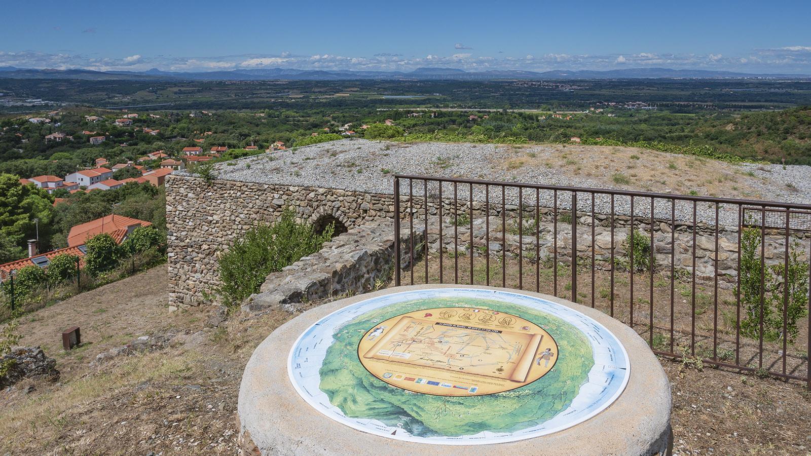 Beim Donjon verrät eine Infotafel, was der 360-Grad-Blick alles zeigt. Foto: Hilke Maunder