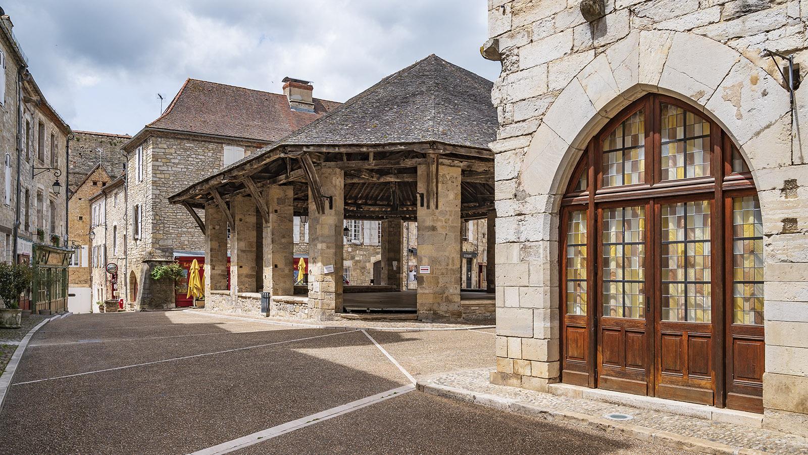 Das historische Herz von Martel bildet die <em>Place de la Halle</em> mit Markthalle, Rathaus und mehreren Lokalen. Foto: Hilke Maunder