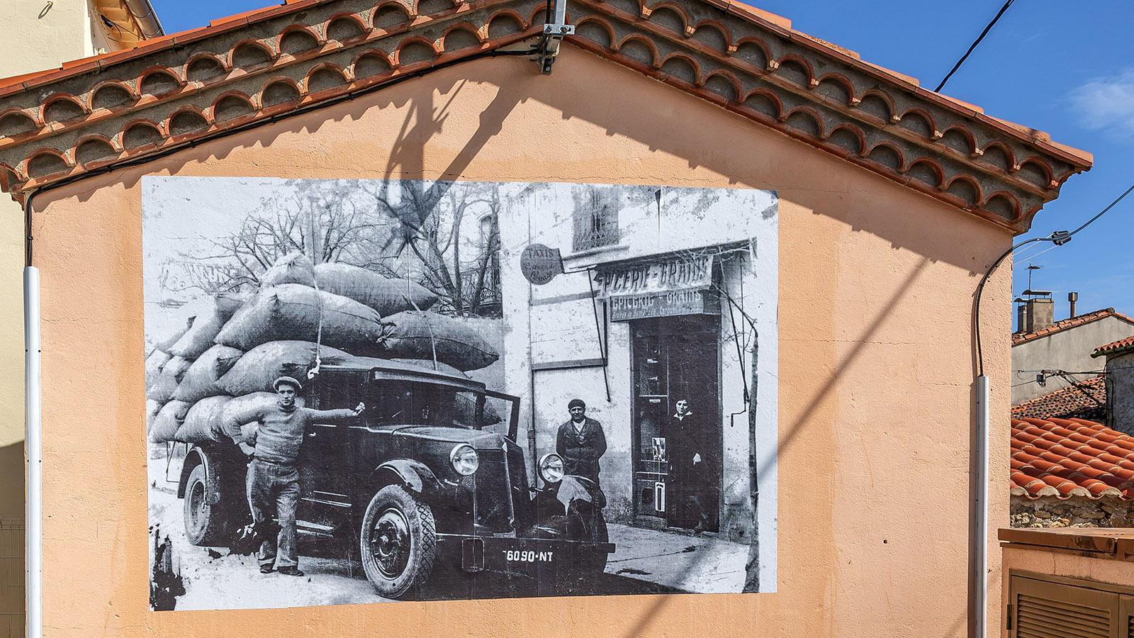 Historische Fotografien erzählen auf den Fassaden von der Vergangenheit als Kork-Gemeinde. Foto: Hilke Maunder