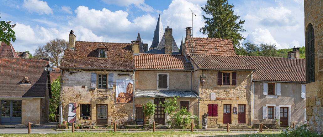 Der Dorfplatz im Herzen des Ortes - gleich neben der Pfarrkirche. Foto: Hilke Maunder