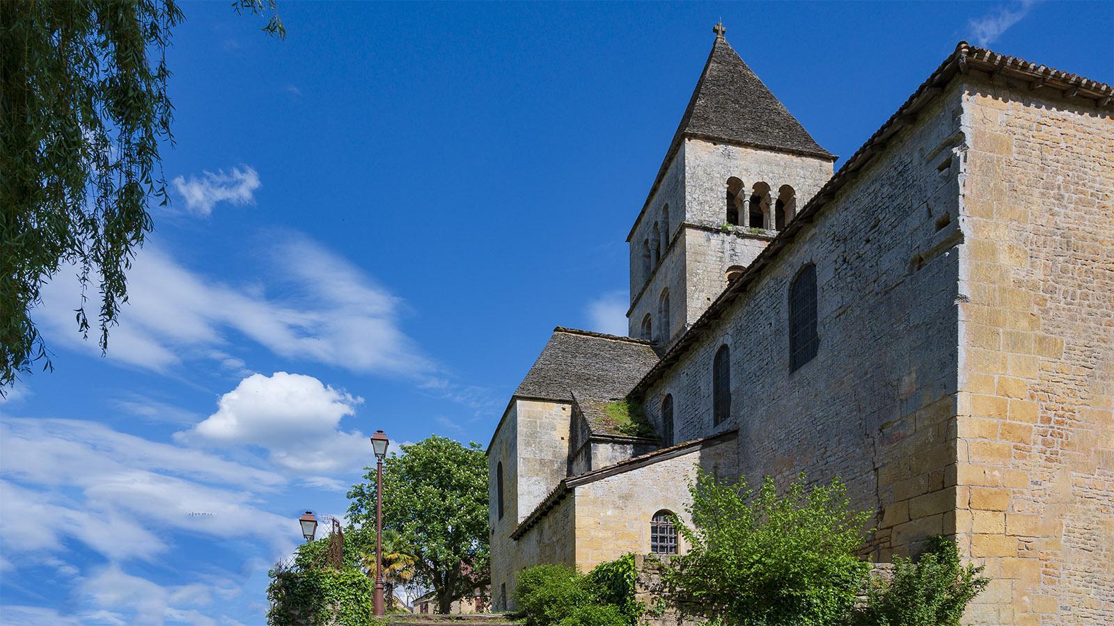 Die <em>église Saint-Léonce</em> erhebt sich am Ufer der Vézère. Foto: Hilke Maunder