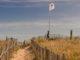 """FKK in Frankreich: Auch am Strand von Sérignan weht die Flagge des Verbandes des """"naturistes"""". Foto: Hilke Maunder"""