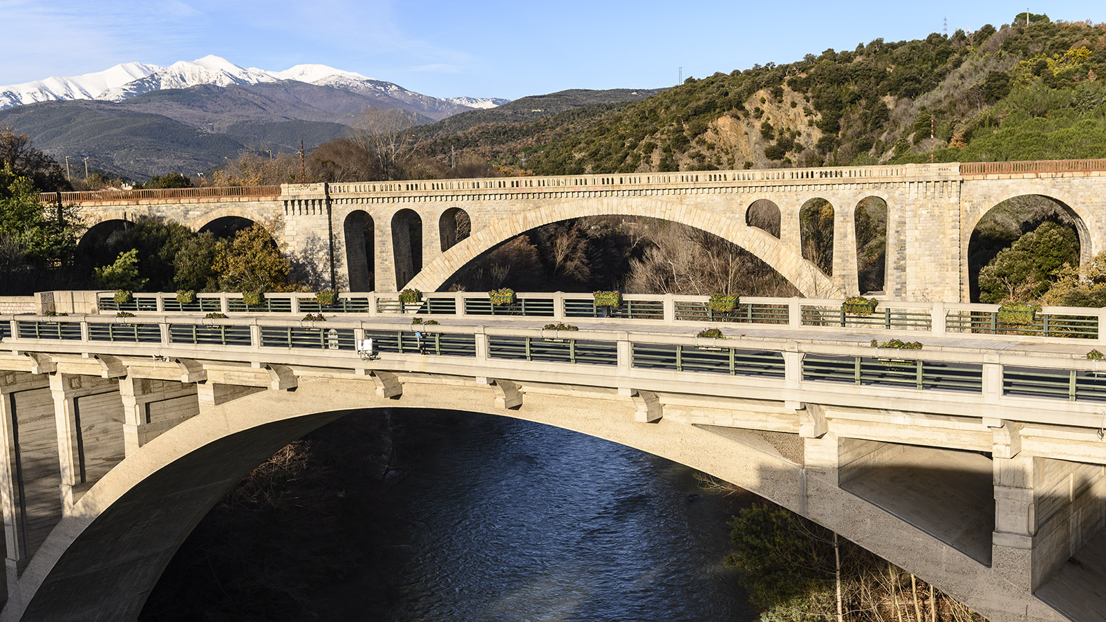 Jenseits der Brücken über den Tech grüßt der Canigou. Foto: Hilke Maunder