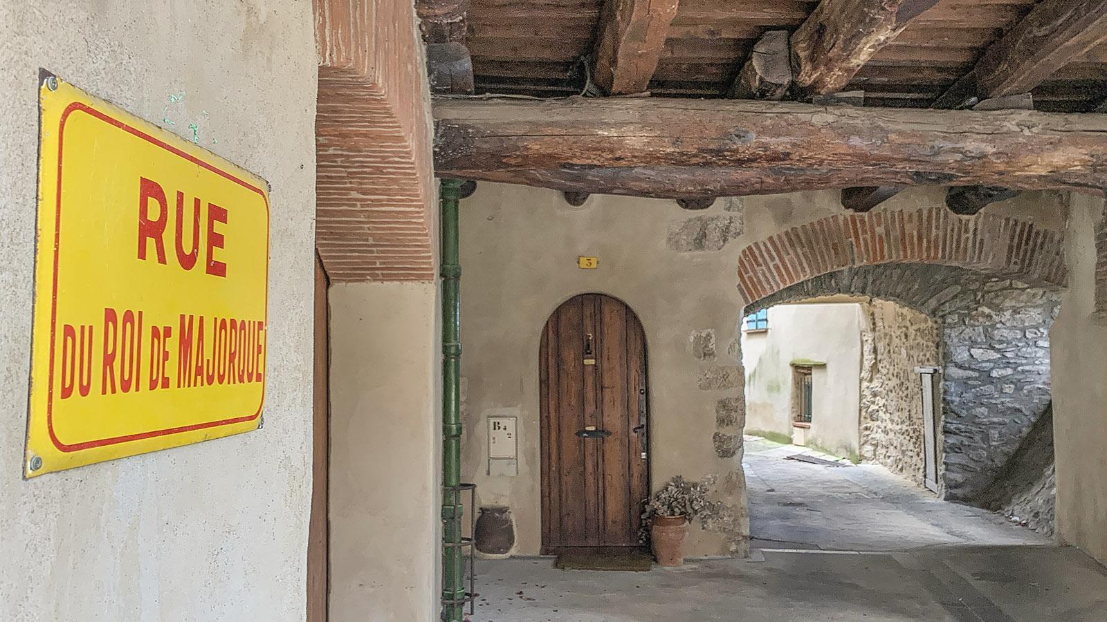 Der Durchgang erinnert in Laroque an den Besuch des ersten Königs von Mallorca. Foto: Hilke Maunder