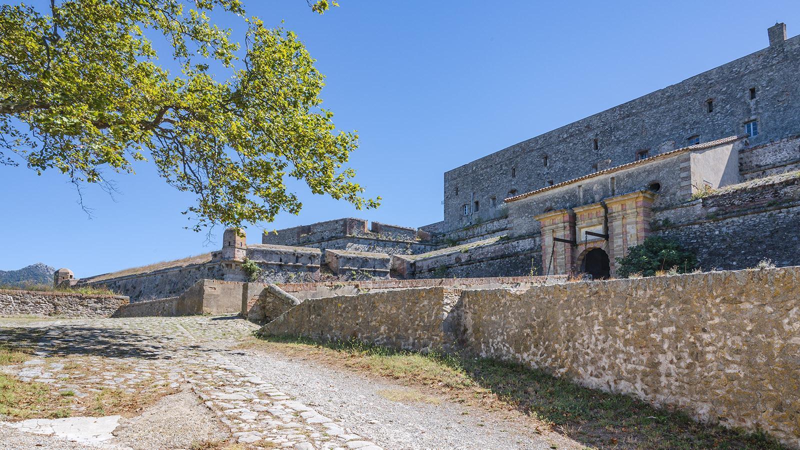 Der Eingang zum <em>Fort de Bellegarde</em>. Ihr könnt es besichtigen! Foto: Hilke Maunder