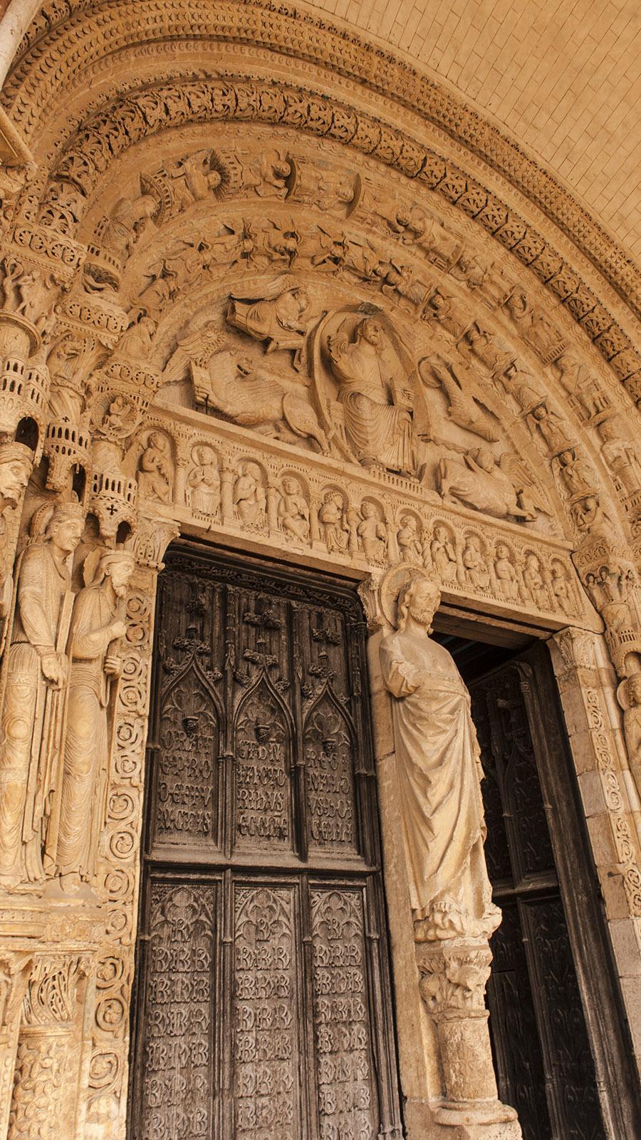 Welterbe des Berry: die Kathedrale von Bourges. Das Westportal mit Tympanon und Vogelhäuschen ist ein Meisterwerk der Steinmetzkunst. Foto: HIlke Maunder