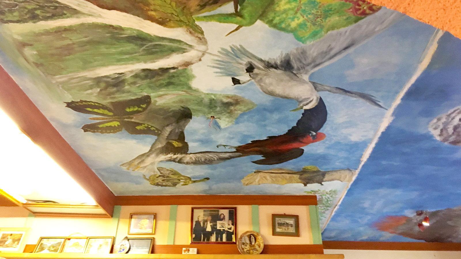 Zur kreolischen Küche passen die Wandbilder: Patronin Anne kommt von der Insel La Réunion. Und kocht Hausmannskost ihrer Heimat. Foto: Hilke Maunder
