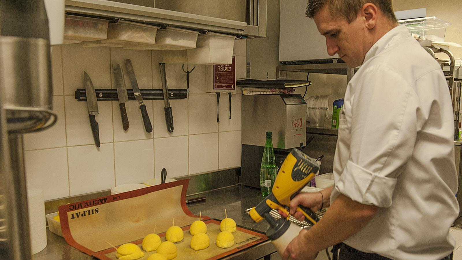 Benoît Potdevin bereitet das Dessert vor. Foto: Hilke Maunder