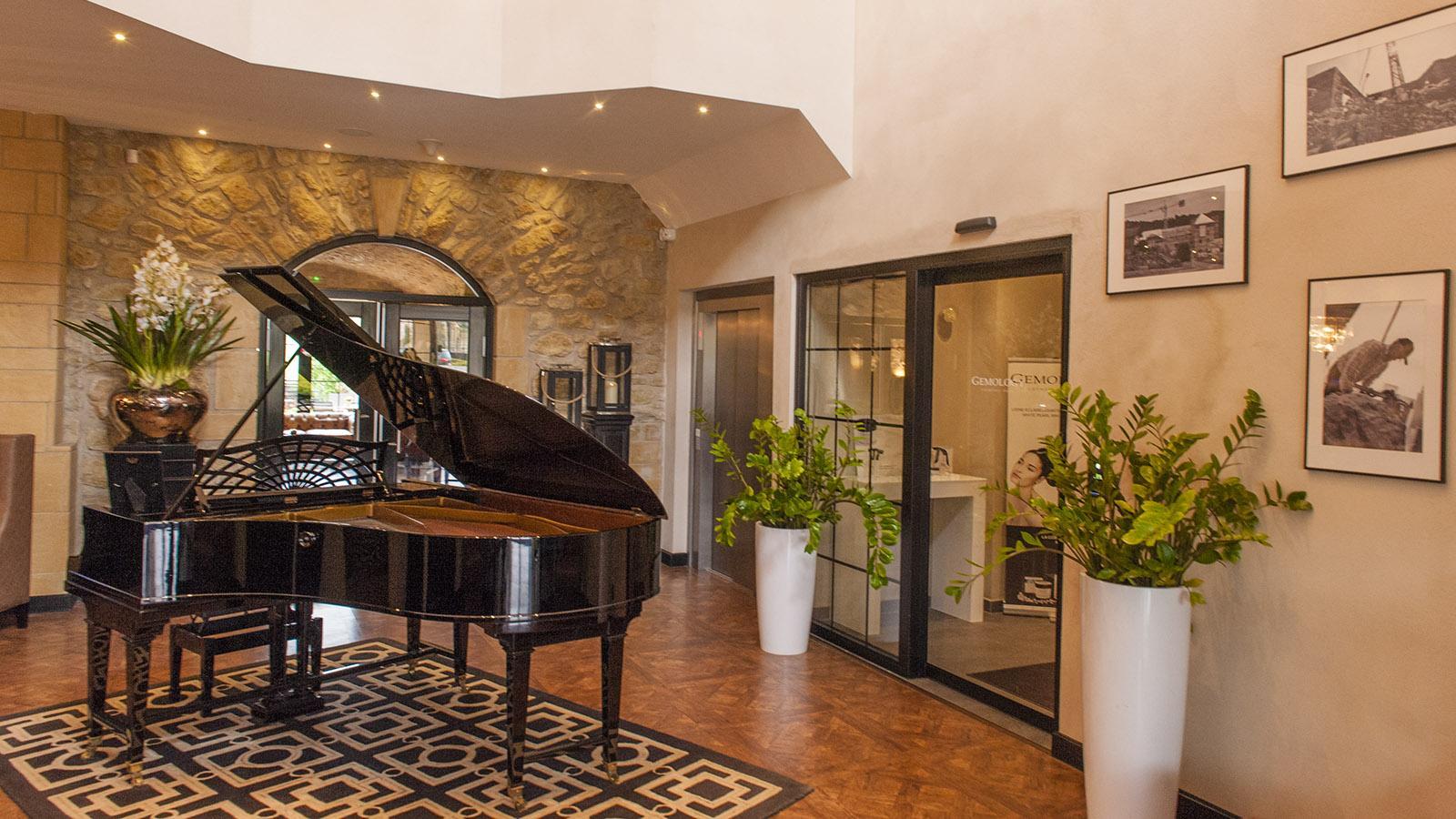 Domaine de la Klauss: Das Piano ist der HIngucker der Lobby. Bitte nicht berühren, ermahnt ein Schild. Foto: Hilke Maunder