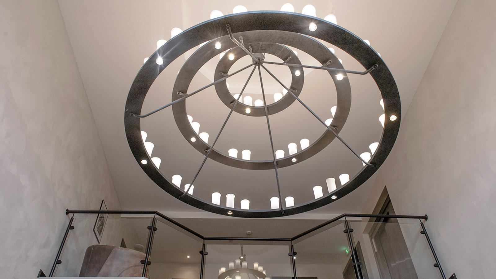 Domaine de la Klauss: Der Lichterkranz der Lobby. Foto: Hilke Maunder