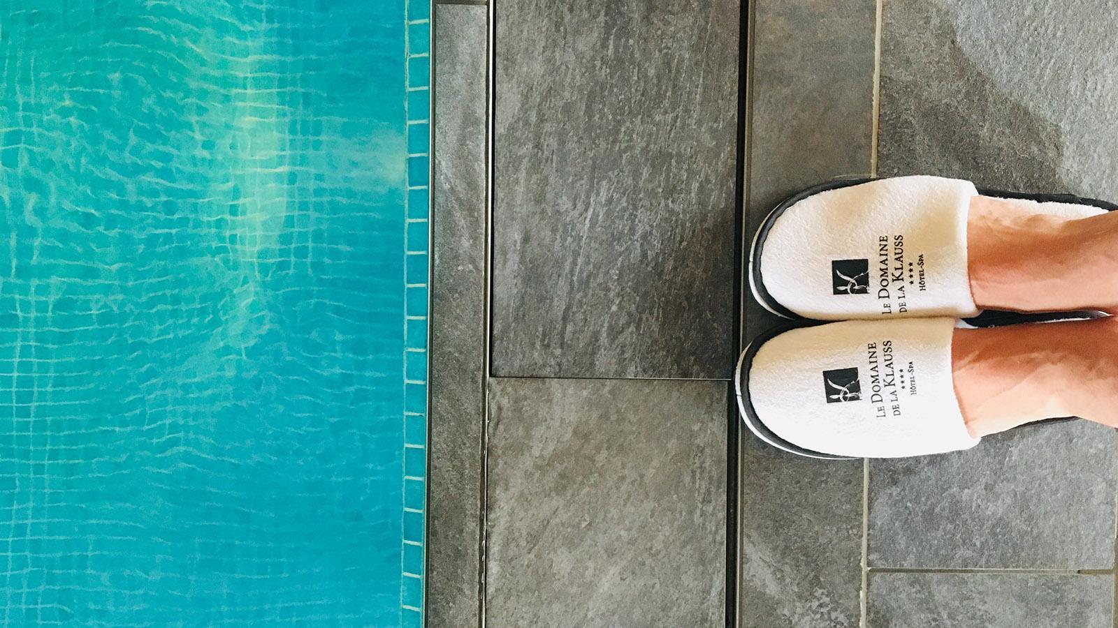 Domainer de la Klauss. Für den Spa-Besuch liegen Bademantel und Badelatschen im Zimmerschrank. Foto: Hilke Maunder