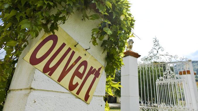 Der Keller zur Blanquette-Verkostung ist geöffnet! So werben viele Winzer rund um Limoux. Foto: Hilke Maunder