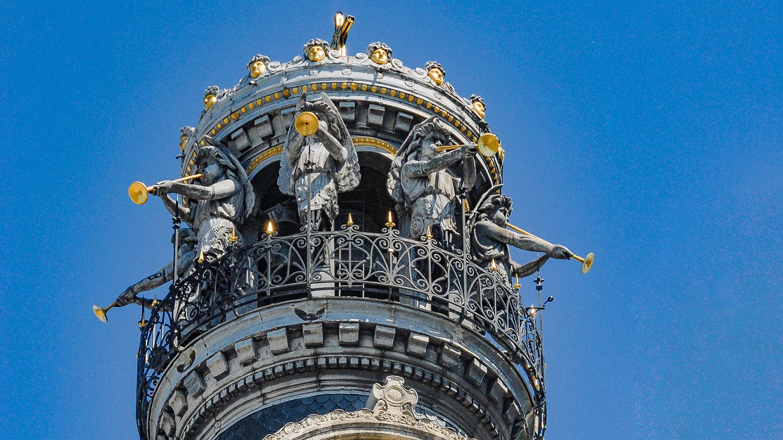 Opulent mit himmlischen Bläsern geschmückt: die Spitze der Église Saint-Croix. Foto: Hilke Maunder
