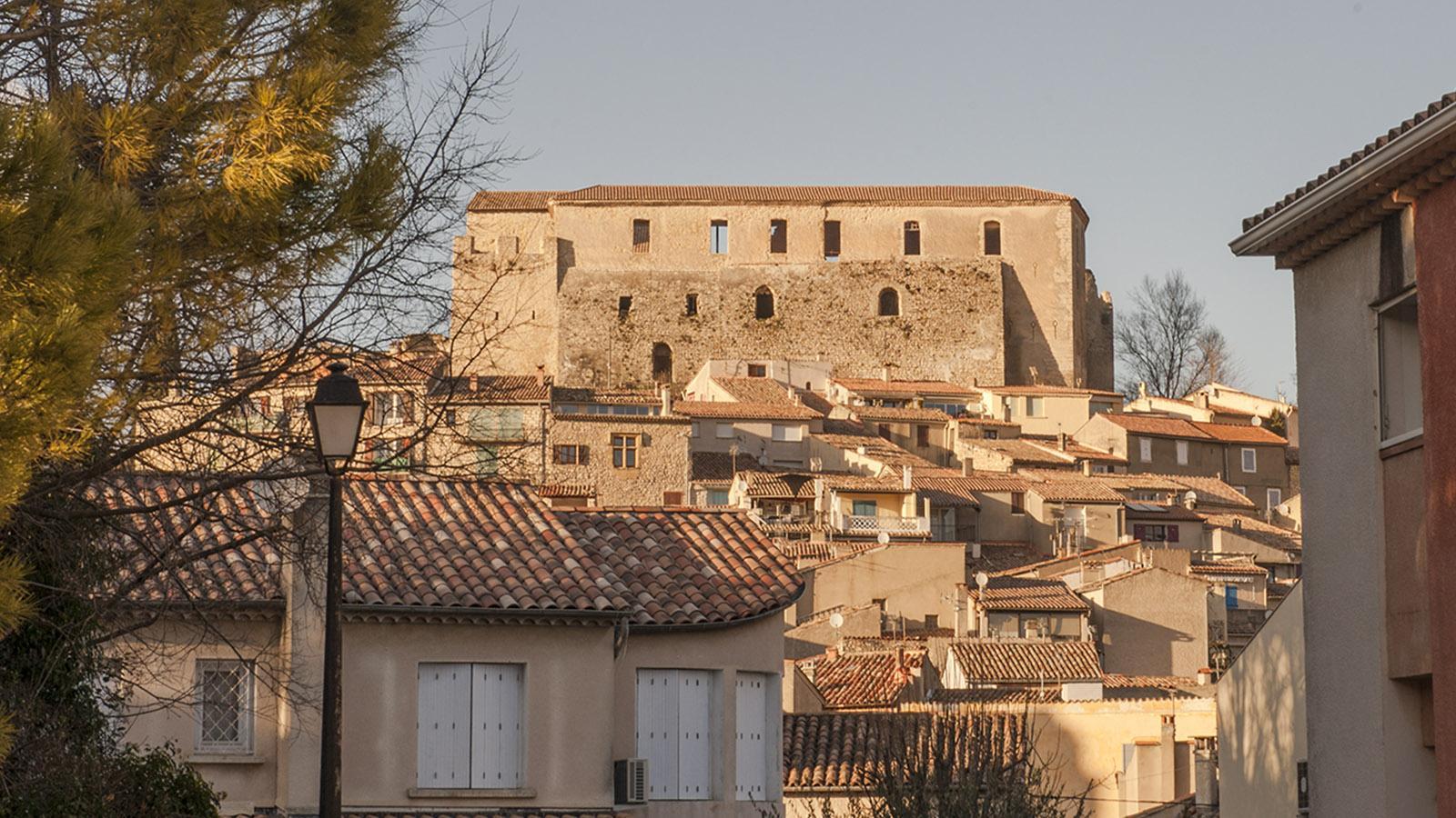 Hoch über dem Kurstädtchen Gréoux-les-Bains thront die Burg der Tempelritter. Foto: Hilke Maunder