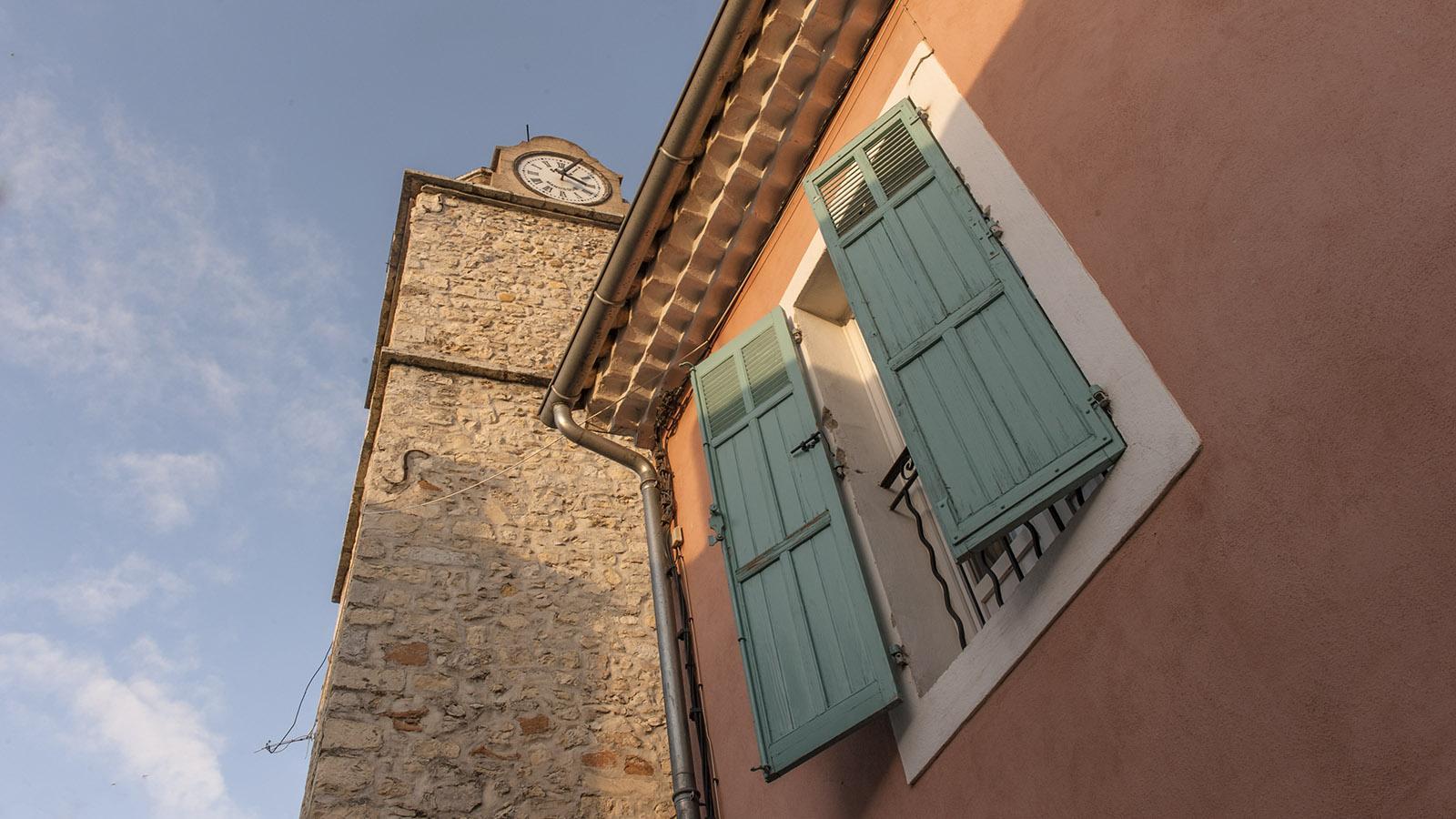 Dreiklang der Farben auf der Fassade und der typische Glockenturm: Provence-Flair in der Altstadt von Gréoux. Foto: Hilke Maunder