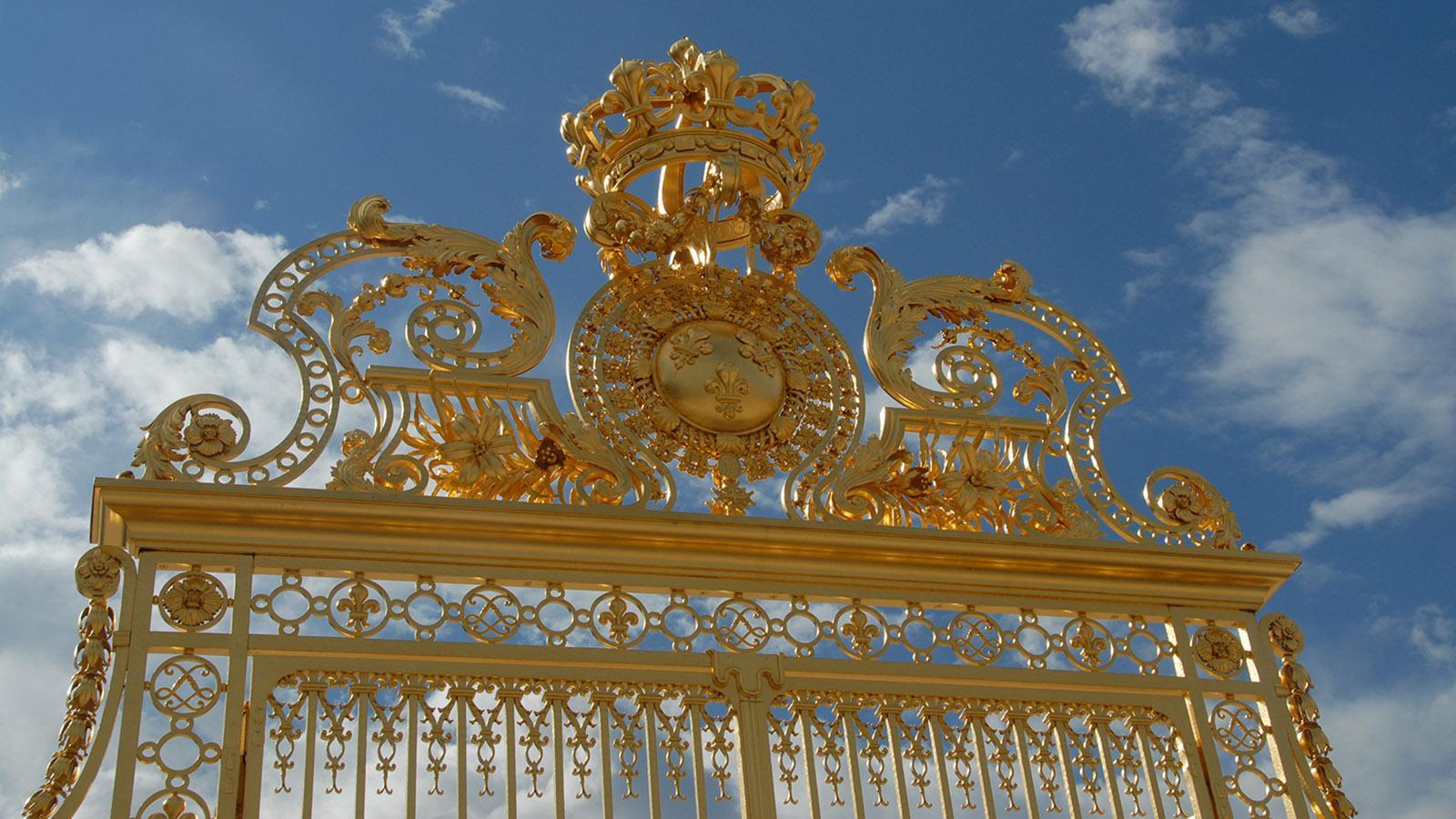 """Schloss Versailles: Prunk in Gold - die """"grille royale"""". Das königliche Tor des Schlosses von Versailles wurde am Montag, den 30. Juni 2008, wieder aufgebaut und eingeweiht. Der Wiederaufbau dauerte 2 Jahre und kostete 2 Millionen Euro.Foto: Hilke Maunder"""