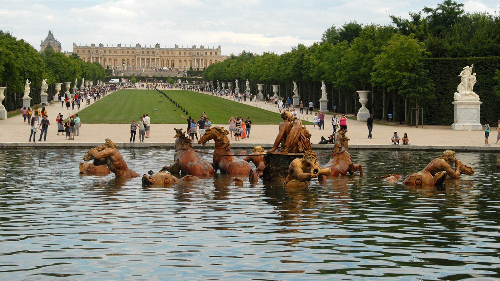 Schloss Versailles: Blick vom Neptunbrunnen auf das Schloss. Foto: Hilke Maunder