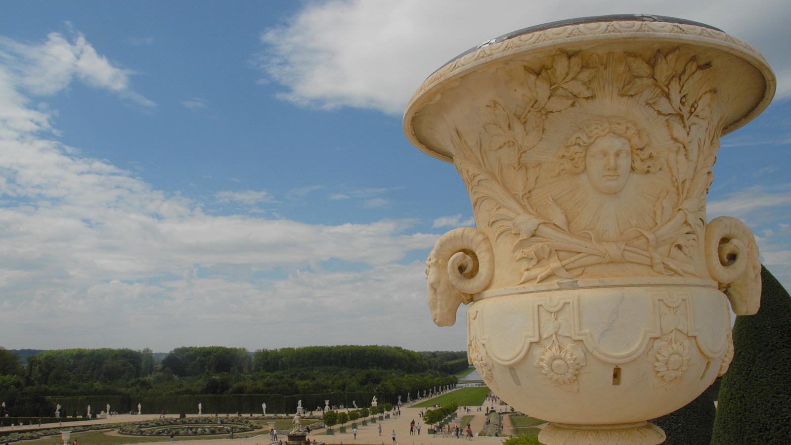Schloss Versailles, Parterre d'Eau im Barockgarten mit einer Vase d'Anduze. Foto: Hilke Maunder