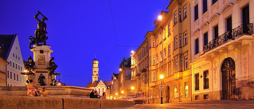 Augsburg: Maximilianstraße mit dem Herkulesbrunnen bei Nacht