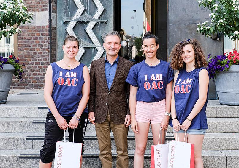 Oberbürgermeister Thomas Geisel trifft drei Praktikatinnen aus der französischen Stadt Toulouse auf dem Marktplatz. Foto: Stadt Düsseldorf / Uwe Schaffmeister