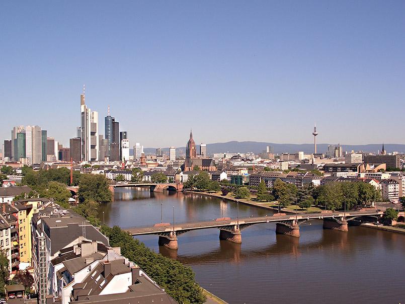 Skyline von Frankfurt mit Main. Foto: Pressebild-Stadt Frankfurt/Tanja-Schäfer.jpg