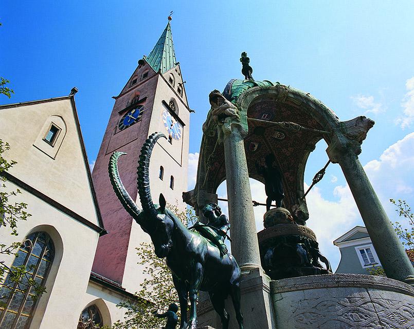 Die St. Mang-Kirche von Kempten mit dem Jugendstilbrunnen