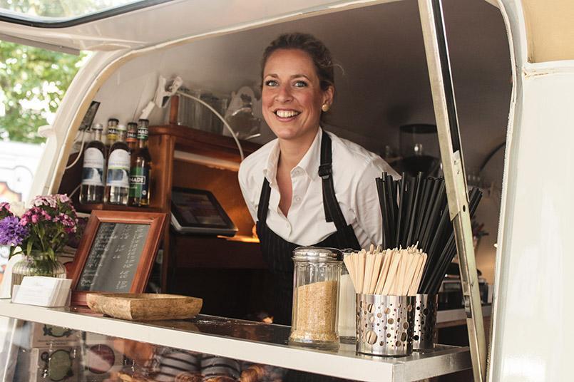 Philine aus Kiel im mobilen Backverkaufswagen
