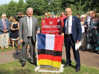 ((v.l.) Oldenburgs Bürgermeister Martin Voigt und Blains Bürgermeister Jean-Michel Buf am Partnerschaftsstein. Foto: Stadt Oldenburg in Holstein.