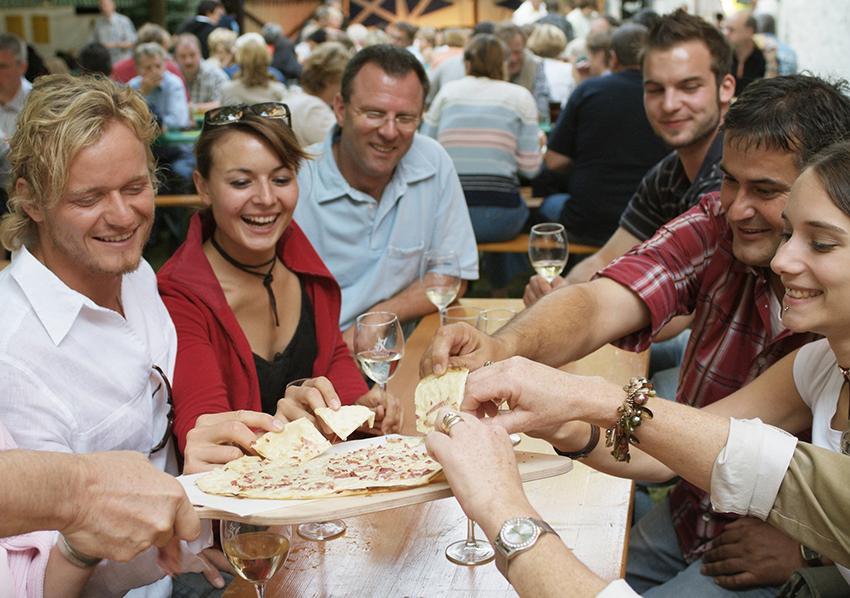 Flammkuchen essen auf dem Weinfest Heuchelheim. Foto: Ralf Ziegler, Bilderarchiv Südliche Weinstrasse e.V