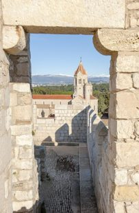 F_Îles Lérins_St-Honorat_Kloster_Blick durch Mauer_credits_Hilke Maunder