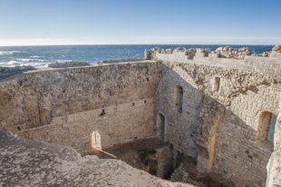 F_Îles Lérins_St-Honorat_Wehrturm_Ausblick_Mittelmeer_credits_Hilke Maunder
