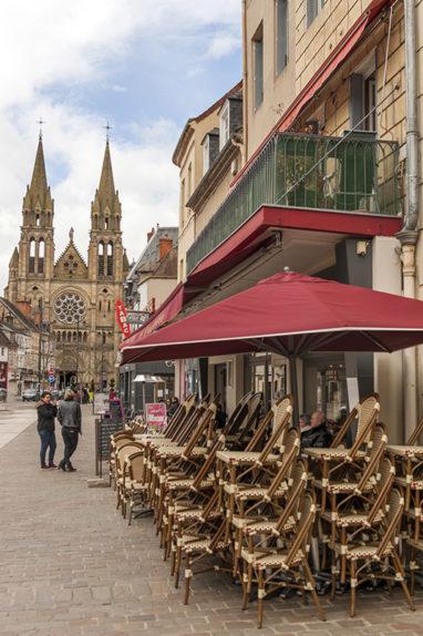 F_Allier_Moulins_Place d'Allier_Sacre Coeur de Jesus_Cafe_credits_Hilke Maunder_