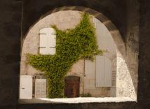 F_Ariege_Saint-Lizier_Durchblick auf Fassade_1_credits_Hilke Maunder