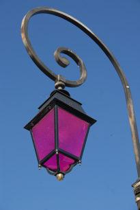 F/Bouches de Rhône/Arles: Straßenlaterne mit lila Schirm