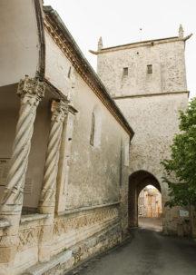 F_Aurignac_Kirche_Säulen_Tor_1_credits_Hilke Maunder