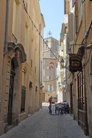 F/Languedoc-Roussillon/Béziers: Gasse an der Kathedrale St-Nazaire