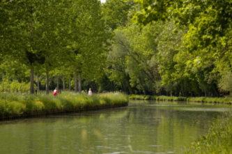 F_Bourgogne_Canal %22 Ancy-le-Franc_©Atout France:Michel Angot.