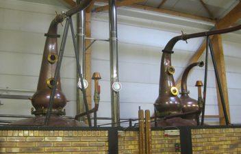 F_Bretagne_distillerie-menhirs-brennblasen©Esther Finis