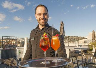 F_Cannes_Radisson Blu_Dachterrasse_Barkeeper_credits_Hilke Maunder