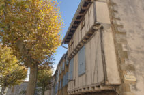 f_fenouilledes_caudies_place-de-la-mairie_fachwerk_1_hilke-maunder
