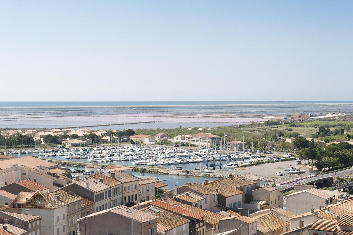 Gruissan: Blick von der Tour Barberousse auf den Ort. Foto: Hilke Maunder