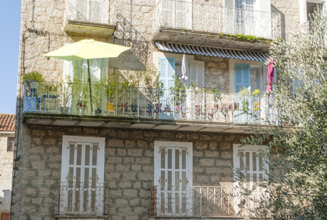 f_korsika_sartene_fassaden-mit-balkonen_1hilke-maunder