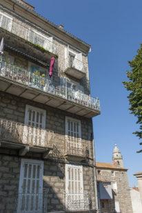 f_korsika_sartene_fassaden-mit-balkonen_2hilke-maunder