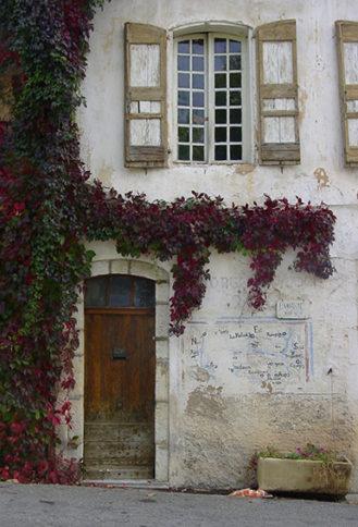 F/Provence/Gorges du Verdon: Aiguines.  Altstadt-Fassade.