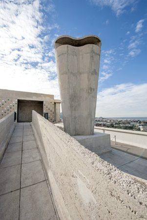 F_Marseille_Cité Radieuse_Dachterrasse_Gang_Skulptur©Hilke Maunder