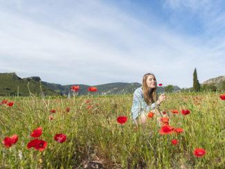 Mohn: Mädchen im Mohnfeld in Aude